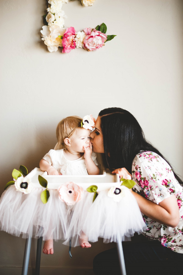 This post about a floral first birthday party is awesome! Get lots of great ideas to plan your daughter's floral first birthday!