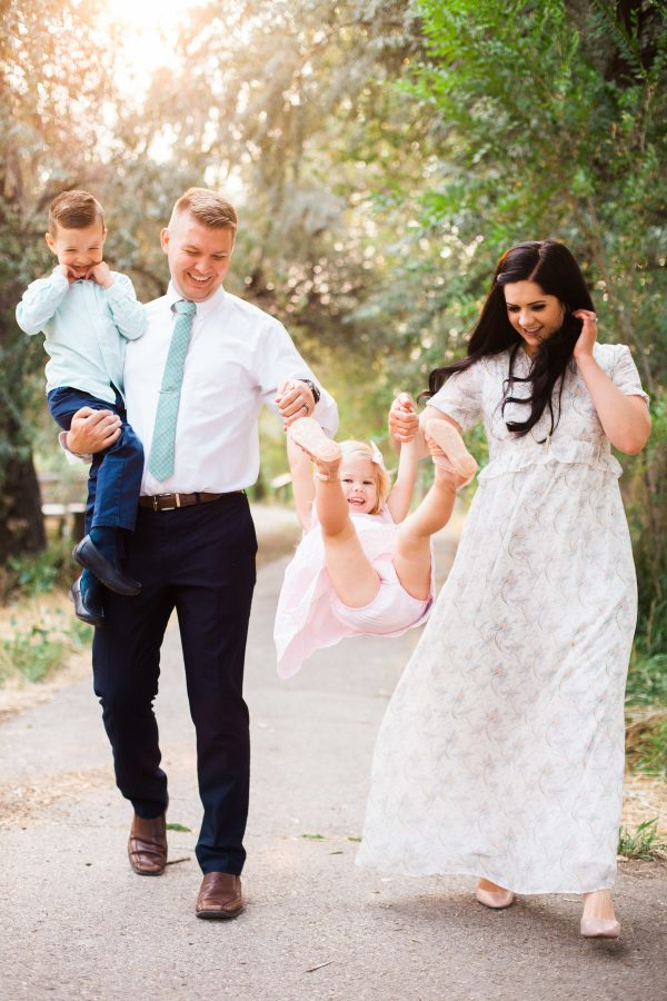 Family photo ideas with a family of 4.