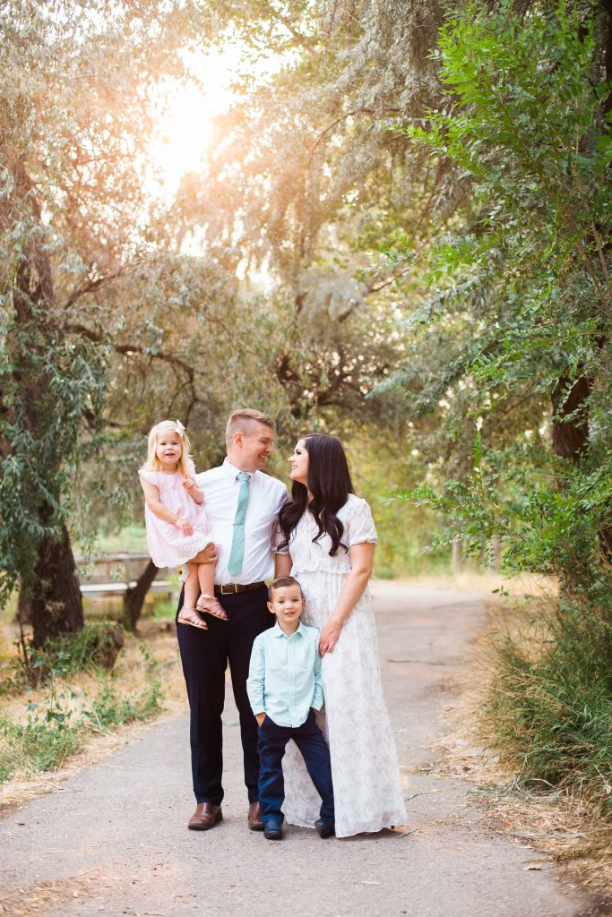 What to wear for summer family pictures and the best natural family picture poses!
