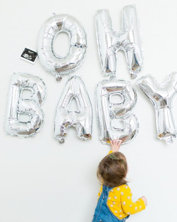 Family announces pregnany with balloons