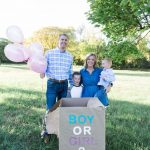 Family announces baby's gender with balloons